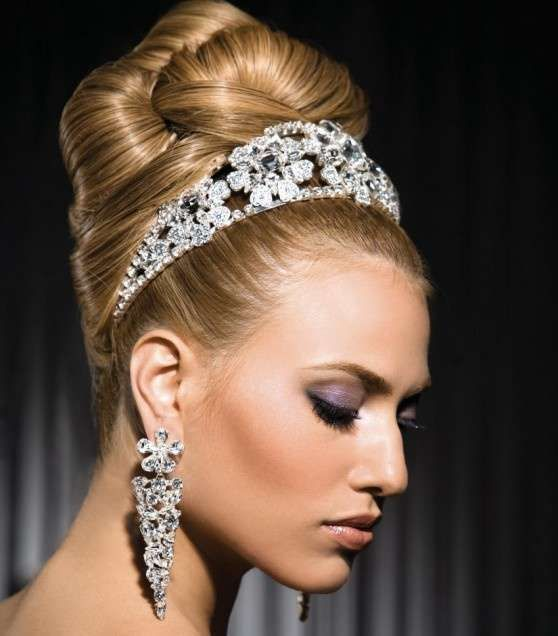 Idee acconciature da sposa con la tiara - Acconciatura sofisticata con diadema