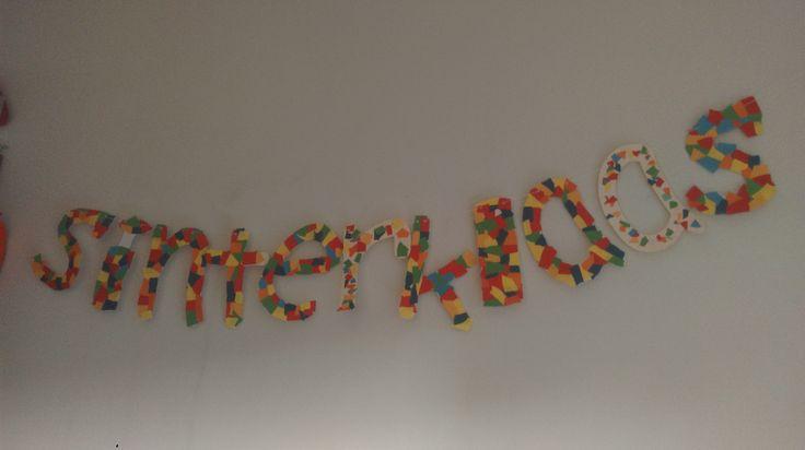 Sinterklaasslinger. Letters geknipt en snippers gekleurd papier erop geplakt. Gaatjes met perforator, touwtje erdoor en klaar!