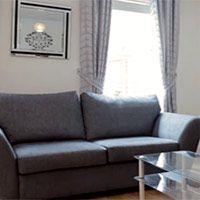 дизайн комнаты в серых тонах с теплым полом и стенами