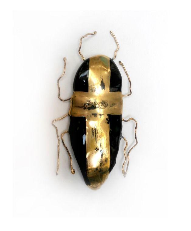 Szklana broszka w kształcie karalucha.Całość wykonana ręcznie z czarnego szkła, metodą fusingu. Dekoracja została namalowana ręcznie 24karatowym złotem wypalanym na gorąco, następnie postarzona....