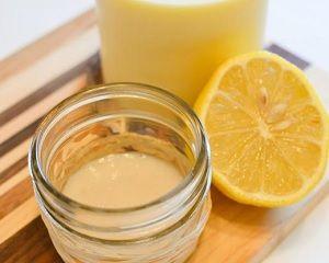 МАСКА. Размешать в одинаковых пропорциях мёд и рыбий жир (по 1 ч ложке), после чего добавьте к смеси 1 большую ложку тёплой воды. Ещё раз размешайте все составляющие и нанесите маску на 15 мин на кожу лица.