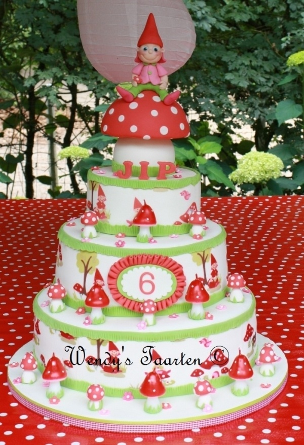 Crisp and clean toadstool cake