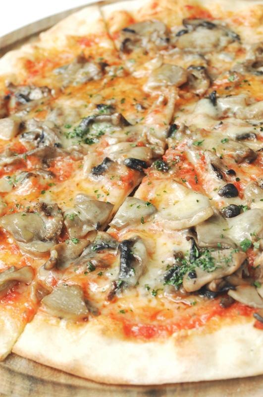Mushroom Pizza from Misticanza, Jakarta. Photo courtesy of http://sister.go.id. Review at http://gastronomy-aficionado.com/2012/05/20/misticanza/