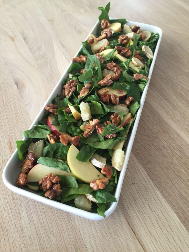 Salat med spinat, ovnbagt gederulle, valnødder og æble,