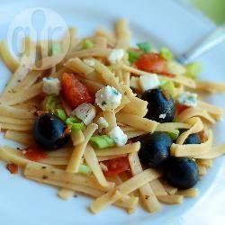 Фото рецепта: Феттучине с помидорами, маслинами и козьим сыром