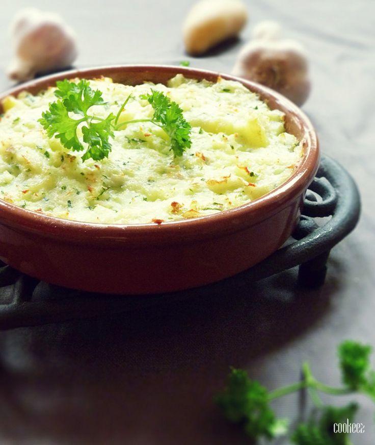 1) Égouttez le poisson et mettre le dans une casserole d'eau avec les 2 feuilles de laurier. Laissez cuire 10min. 2) Épluchez les pommes de terre et faites-les cuire 20min dans de l'eau salée. Préchauffez le four à 240°C. 3) Rincez le persil et épluchez deux gousses d'ail. Mixez-les ensemble. Une fois le poisson cuit, …
