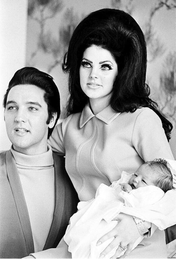 Dat haar heeft ze niet van mij. Van mij ook niet. Elvis and Priscilla Presley with Lisa Marie
