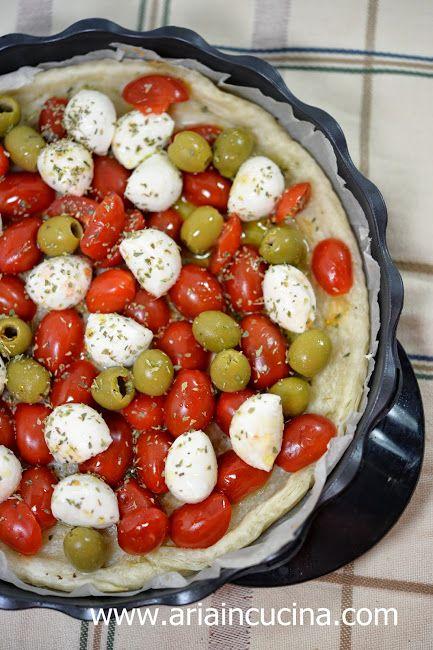 Finta pasta sfoglia con pomodorini mozzarella e olive - aria in cucina