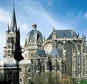 Aix-la-Chapelle est une ville d'Allemagne , c'est à l'époque la capitale de l'empire de Charlemagne