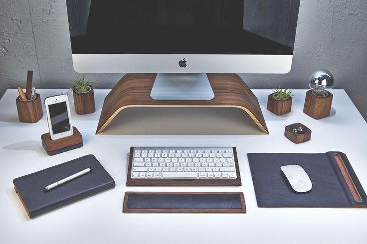 Un escritorio con elementos naturales como la madera para dar calidez al entorno de trabajo.