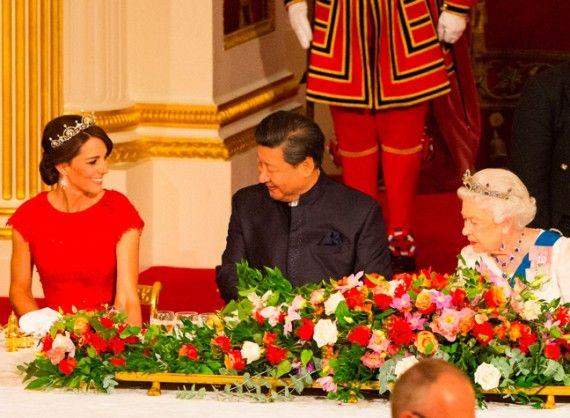Xi Jinping smiles at the Duchess. #duchessofcambridge #katemiddletonfashion