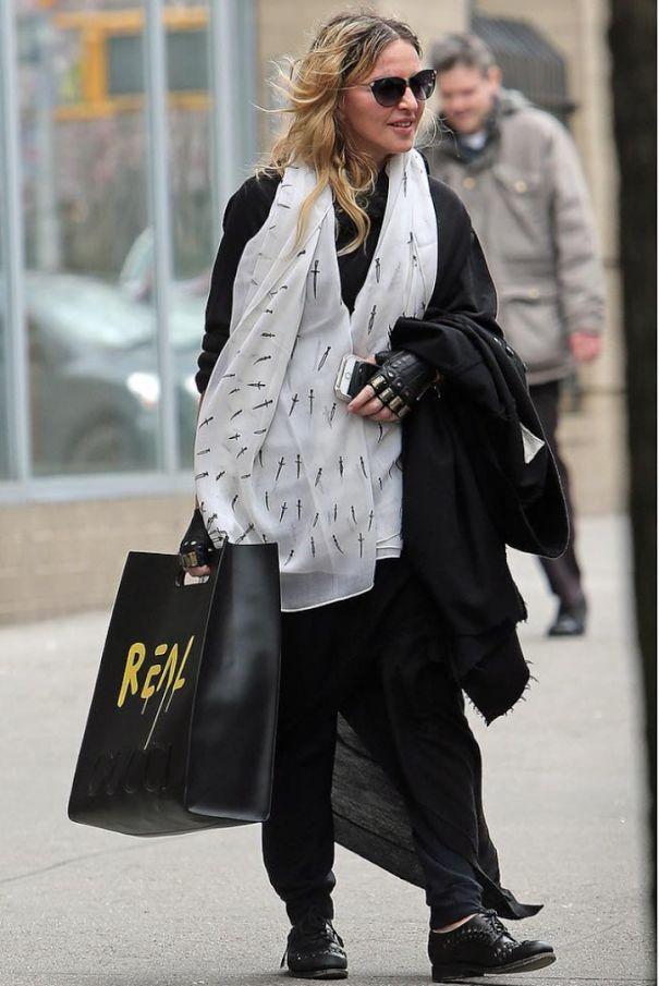 Önümüzdeki sezonun en büyük hit'lerinden biri olmaya aday Gucci çantasıyla, karşınızda Madonna!  Stil ilhamı için >> http://vogue.com.tr/unlu-stili/madonnanin-gucci-cantasina-dikkat  ♥♥♥