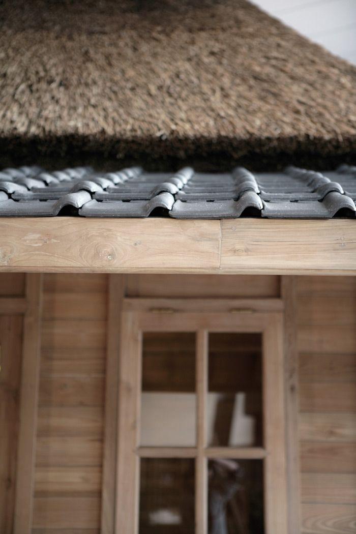 De Country villa is een stijlvol tuinhuis met veranda dat door het rieten dak in combinatie met de Tuille du Nord dakpan een landelijke uitstraling krijgt.