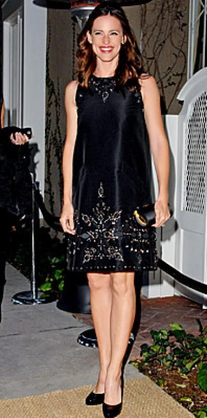 Look of the Day › April 20, 2007 Garner paid homage to Oscar de la Renta while hosting the opening of the designer's new boutique in Hollywood. The actress wore an embellished black shift dress with black pumps.