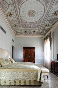 Instead of counting sheep, count the decorations on your bedroom-ceiling!  Today's Favourite Hotel is Hotel Palazzo Vitturi in Venice, suggested by the ToucHotel Community.