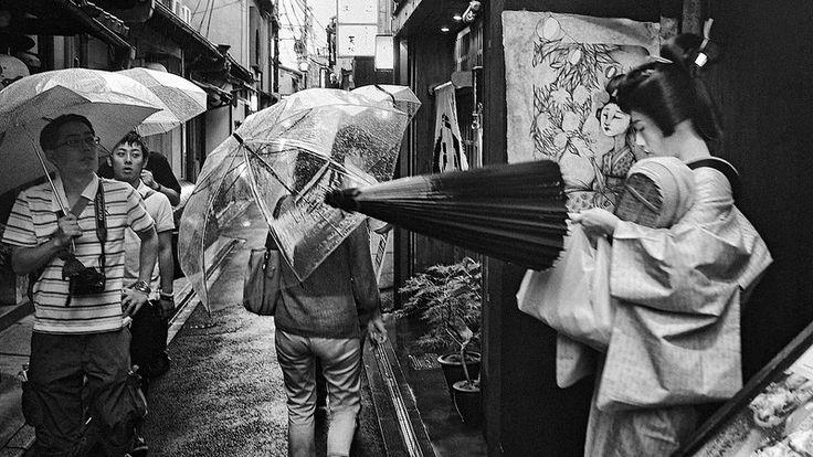 """Scene Of Kyoto"" #OLYMPUS #DIGITAL #CAMERA #OM_D #E_M1 #17mm #lens #blackandwhite #bw #monochrome #kyoto #geisha #maiko #japan https://www.flickr.com/photos/akihiro_hamada/"