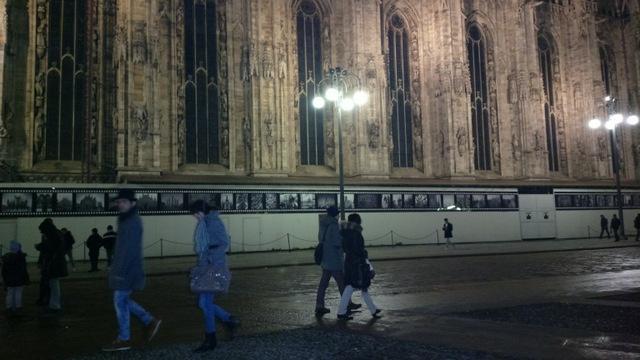 Milano, passanti in fianco al Duomo al tramonto. /Milan - Foto di Alba Rigo 2013
