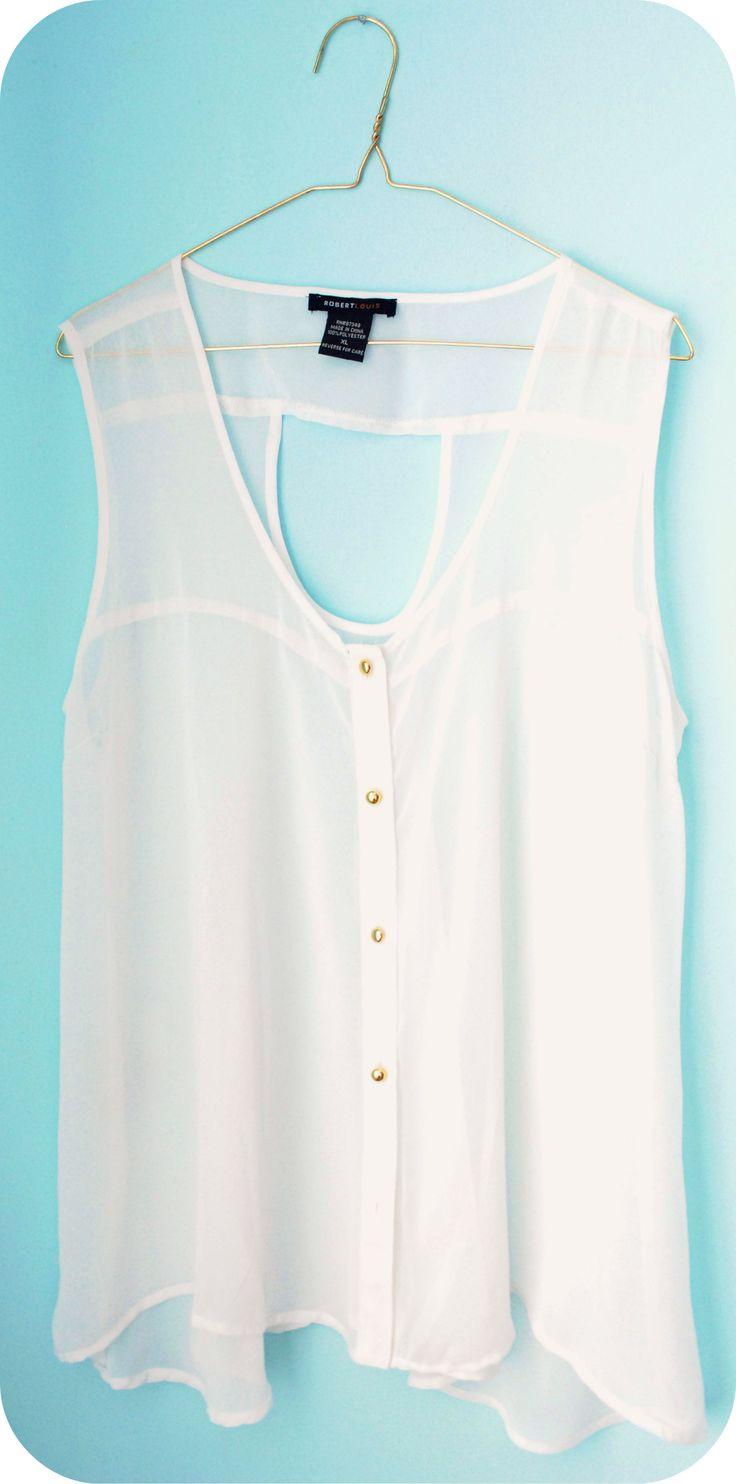 Blusa blanco en detalles color oro.