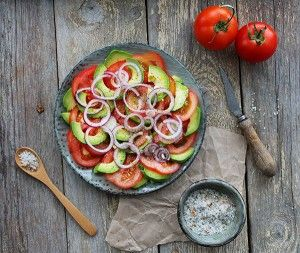 Denne lækre og flotte tomatsalat med avokado er spækket med sunde fedtsyre, antioxidanter og c-vitamin. Kombinationen af tomat og avokado er fantastisk og meget velsmagende. Tomatsalaten er meget nem at tilberede og kræver kun små 10 minutter at bikse sammen.