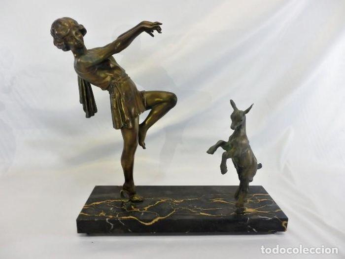 Emile J. N. Carlier (1849-1927) Danseur bericht - Toga danser met geit - Spelter op portorro marmer  Grote werk van de beeldhouwer Émile Joseph Néstor Carlier (Cambrai 1849-Parijs-1927).Frans spelter Toga Dancer (vergelijkbaar met de Godard Bubble danser en gemodelleerd op de dezelfde theatrale danser). Dit is de grootste versie van dit model door Carlier en neemt ook de dansende geit.De basis is van portorro marmer daar ondertekend.Hoge kwaliteit van afwerking en fijnheid vanwege harde zink…