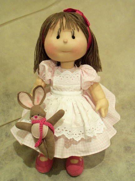 Boneca de pano feita sob encomenda. Vestido de puro algodão quadriculado em rosa e branco, avental de laise com tira bordada 100% algodão, cabelos de lã enfeitado com fita de cetim, sapatinhos e coelhinho de fêltro. R$ 420,00