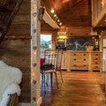 """ce petit """"Mazot"""" est un authentique grenier de la vallée d'Abondance datant de 1850. Il permet un hébergement de 2 à 4 personnes maximum en chambre d'hôtes et courts séjours. Le décor est très authentique, rustique mais à la fois confortable et bien équipé. Le logement de 45 M2 environs est sur deux niveaux : Entrée par balcon donnant sur une cuisine, un salon et une salle de douche un toilette indépendant . Dans le salon, une échelle de meunier permet d'accéder à une chambre spacieuse…"""