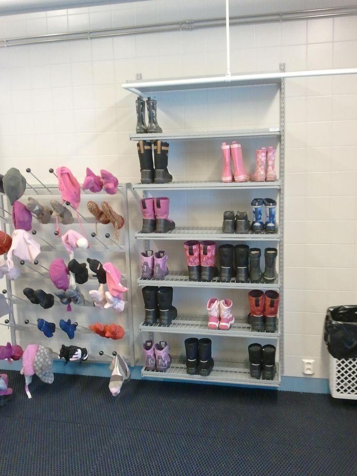 Kengät voivat olla kauniita ollessaan loistavassa järjestyksessä. Shoes can be beautiful when organized properly. www.jamito.fi #shoes #pink #kindergarten #nursery #päiväkoti #päiväkotikalusteet #kenkähylly