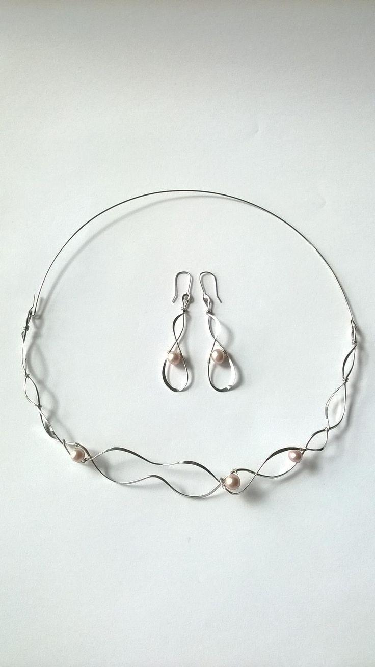 """Náhrdelník+HRD14+""""Elegance""""+s+růžovými+perlami+Autorský+šperk.+Originál,+který+existuje+pouze+vjednom+jediném+exempláři.Vyniká+svou+lehkostí,+kouzelným+prostorovým+tvarem+a+elegancí+čisté+linie.+Je+perlový,+přesto+umístění+perel+není+prvoplánové.+Nevšední+řešení+poutá+pozornost,+ale+není+okázalé,+díky+čemuž+se+tento+šperk+hodí+ke+každé+i+každodenní..."""