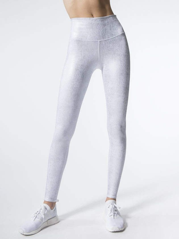 Metallic white yoga leggings give a subtle shimmer to give definition to your legs and butt. High waisted to keep your tummy in place. Affiliate link. #yoga #yogapants #leggings #luxe #workoutclothes