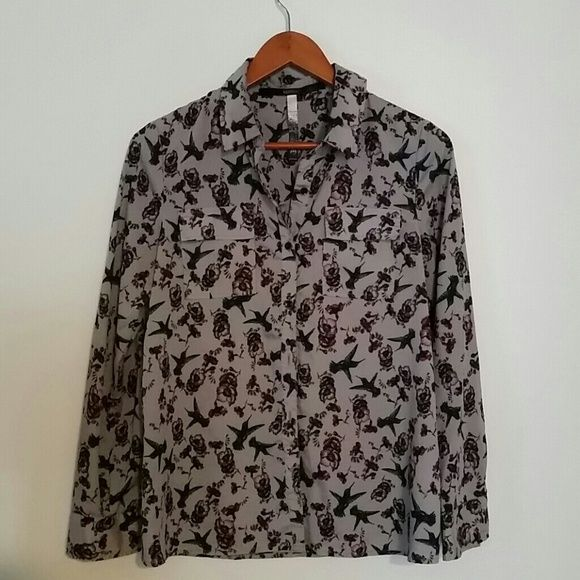 Button up dark flowery print Like new condition. Two pockets in the front. Size medium. Kensie Tops Button Down Shirts
