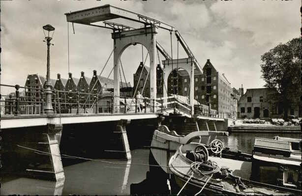 1940 - 1945. View on the Sloterdijkerbrug over the Prinseneilandgracht in Amsterdam, connecting the Zeeheldenbuurt with the Prinseneiland. In the background the warehouses of the Prinseneiland. Photo Rembrandt. #amsterdam #1945 #prinseneiland #sloterdijkerbrug