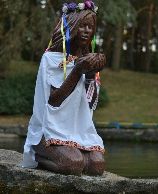 Черкаські скульптури вдягли у вишиванки (ФОТО) | Телерадіокомпанія ВІККА