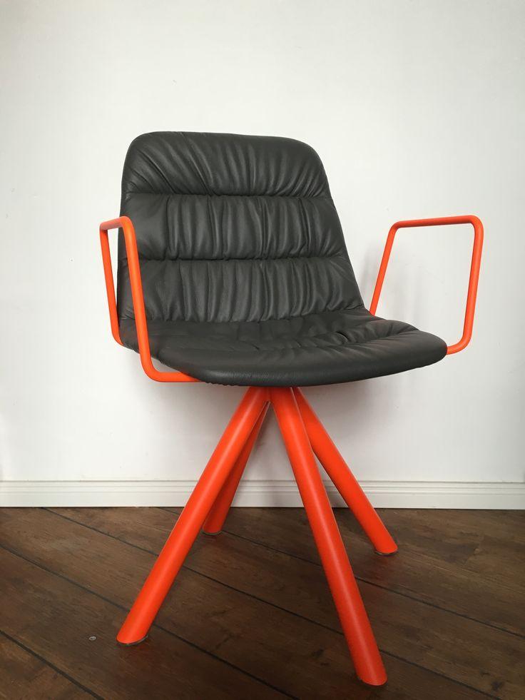 #Drehstuhl MAARTEN bringt einen Hauch der #70ies in dein Leben. Besonders funky wird's, wenn du die Stühle in verschieden Farben kombinierst.  Design: Victor Carrasco