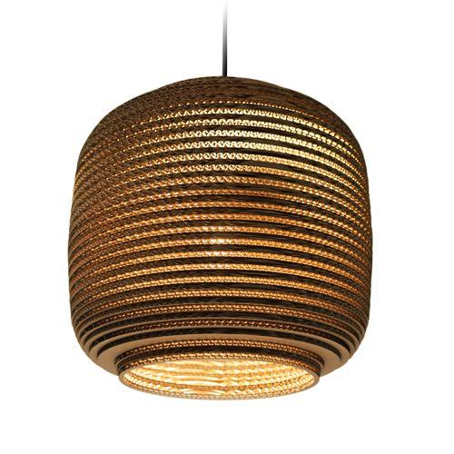 De Ausi Hanglampen zijn gemaakt van gerecycled karton, afgewerkt met een brandwerende coating. Het meegeleverde snoer is 200 cm lang en deze hanglamp is te combineren met een dimmer, werkt met een E27 lamp.  Afmetingen:  Small: ∅ 19 cm x h 24 cm  Medium: ∅ 28 cm x h 20 cm.  Large: ∅ 39 cm x h 36 cm.