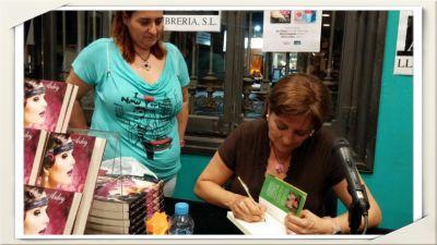 Olivia Ardey firmando Una chica con estilo