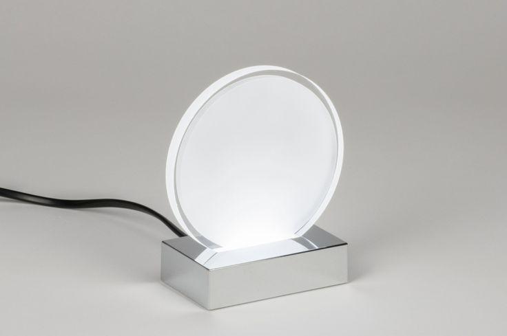 artikel 11005 Een moderne tafellamp in kleine afmeting voorzien van led verlichting. Het armatuur bestaat uit een chromen voet met daarin een kunststof cirkel. Deze cirkel is van kunststof en heeft een matte afwerking. Aan de buitenzijde heeft deze een heldere rand waardoor het licht extra benadrukt wordt. http://www.rietveldlicht.nl/artikel/tafellamp-11005-modern-design-wit-mat-glas-wit_opaalglas-rond