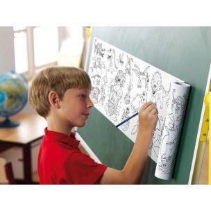 Zelfklevende kleurplaatrol. Plak het zelfklevende tekenpapier op een tafel, bord, raam en wegglijden is onmogelijk. De gekleurde afbeeldingen kunnen uitgeknipt worden en op elk vlakke ondergrond worden geplakt. Loshalen en opnieuw plakken is geen probleem.  Weetje: Door af en toe staand kleuren, wordt het kleurmateriaal automatische in de juiste (pen)greep gehouden, door werking van de zwaartekracht. Het kleurmateriaal gaat in de hand rusten i.p.v. rechtop te worden houden.
