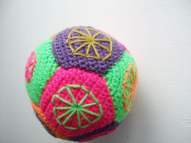 SØHESTEN: DIY- Bold af hæklede femkanter med broderede hjul