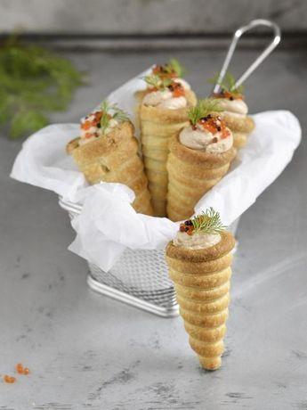 conos de hojaldre rellenos de mousse de salmón y gorgonzola