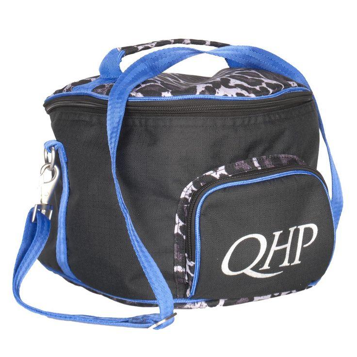 De #QHP #Captas Luxe is handig om mee te nemen. De captas is voorzien van een handvat en verstelbare schouderband. Op de buitenzijde zit een ritsvakje met een QHP applicatie.#ruitersport #equestrian #divoza