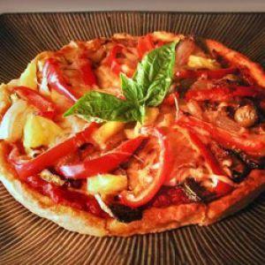 Pizza vegetariana.  Ingrediente:   2-3 rosii coapte, 100 g branza tofu, 2-3 dovlecei, 200 g ciuperci proaspete, 1   vanata subtire, 50 g rondele masline, 2 ardei grasi colorati diferit, porumb   boabe, ceapa rondele, pasta de tomate.