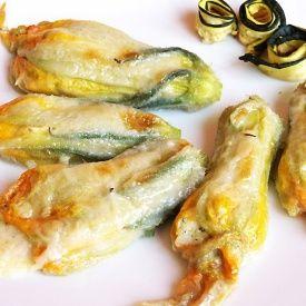 Fiori di zucca al forno ripieni con speck e mozzarella. Condivisa da: http://www.bonnyarte.it/justbreathe