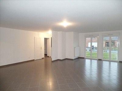 Maison récente T5 de 129,49 m² comprenant: 1 entrée, 1 cuisine meublée avec plaque de cuisson et hotte, 1 séjour/salle à manger, 4 chambres, 2 salles de bains avec lavabo (sur meuble avec miroir et bandeaux lumineux) et baignoire, 1 WC avec lave-mains, 1 chaufferie. 1 garage attenant, 1 jardin privatif. SISE - Le Domaine du Parc – rue du Maréchal Boufflers – 59139 WATTIGNIES.