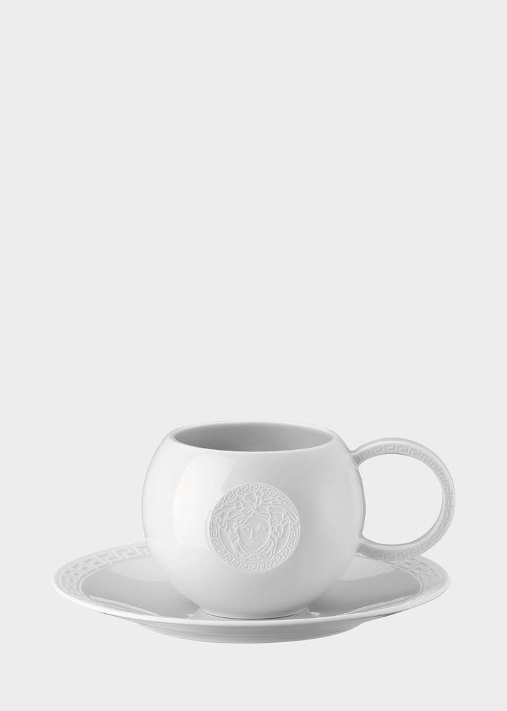 Tasse et soucoupe Via Gesù by Versace Home. Tasse et soucoupe en porcelaine avec anse Clé Grecque et Tête de Médusa en relief. Fait partie de la ligne chic Via Gesù.