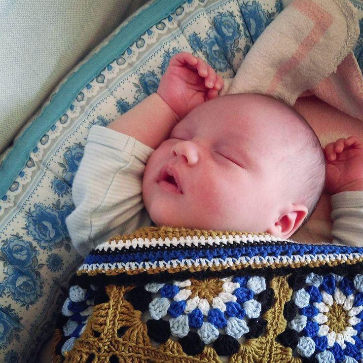 Här ligger lillebror i babynestet som jag sydde till storasyster (av gammalt påslakan och återbrukad stoppning) med min gamla babyfilt och hans egen nya virkade eko-filt . #babynest #bebis #nyfödd #babyblanket #crochetblanket by fiffel