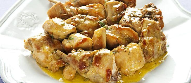 Tagliate a pezzi il coniglio. In un tegame scaldate due cucchiai d'olio, aggiungete lo spezzatino, fatelo colorire a fuoco vivo. Spruzzatelo con un dito di...