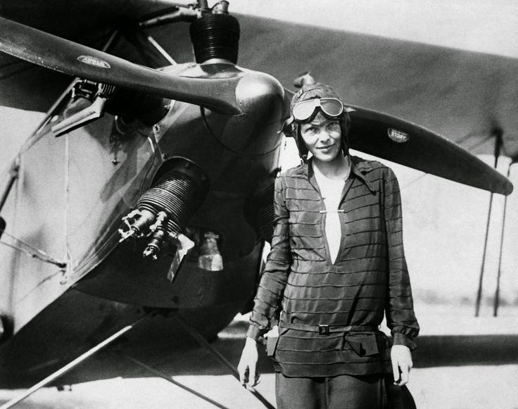 Amélia Earthart,  pioneira na aviação norte-americana,   foi a primeira mulher  a voar sozinha sobre o Oceano Atlântico. Em 1937, desapareceu misteriosamente enquanto voava sobre o Oceano Pacífico central.
