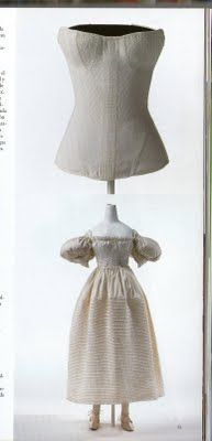 El corset fue Confeccionado de raso de algodón con varillas blandas.