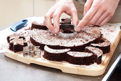 Kardinálovo cukroví - (Seznam.cz - Michal peče - cukroví 2011) Potřebujete: 250 g másla, 250 g cukru krupice, 50 g tmavého holandského kakaa, 5 vajec, 250 g polohrubé mouky, půl sáčku prášku do pečiva. Na polevu: 400 g cukru moučka, 6 lžic vařícího mléka, 4 lžíce rumu. Změklé máslo smícháme s cukrem krupicí a tmavým kakaem a chvíli šleháme. Pak zašleháme postupně po jednom celá vejce a mouku smíchanou s práškem do pečiva.