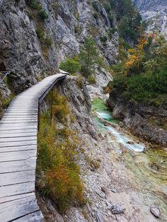 Tiefe Schluchten azurblaue Bäche und dazu Natur PUR! Ich verrate dir die schönste Wanderung durch diesen traumhaften Naturpark!